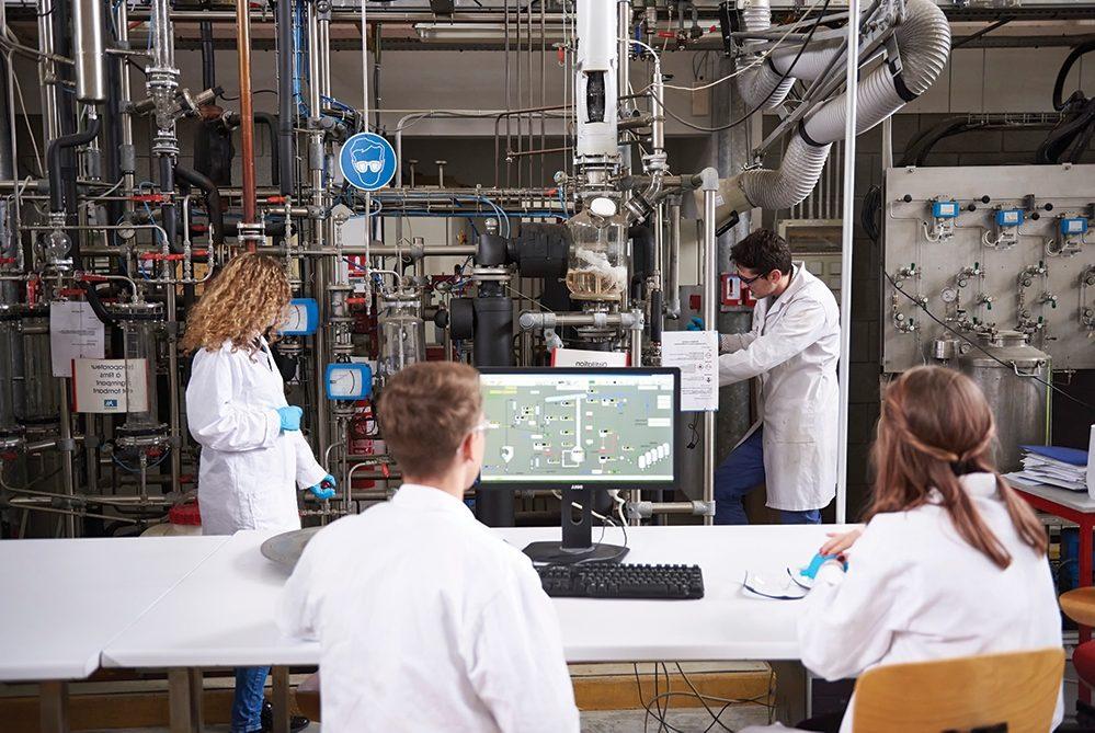 ELèves ingnéieurs en tP dans la halle technologique de l'ENSGTI