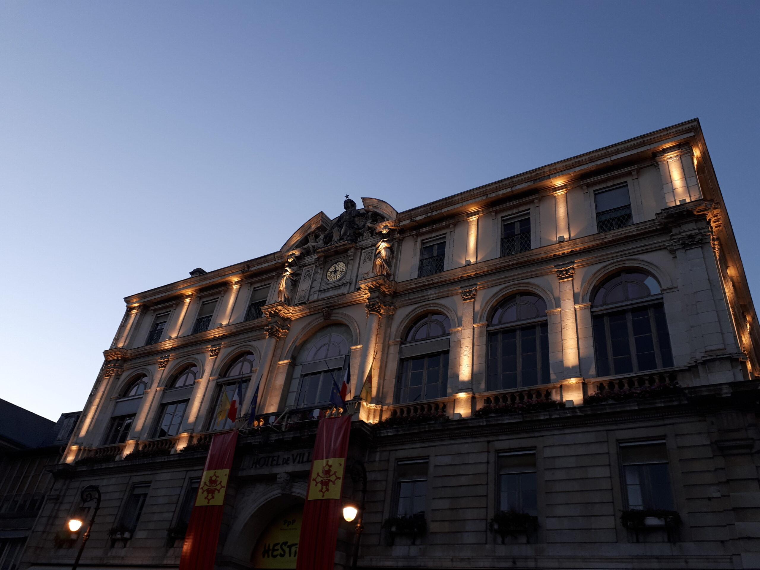 La mairie de Pau éclairée